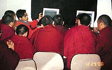 Eu escrevia Mac tutorials, treinava o teacher e ele, em tibetano, treinava os monges.